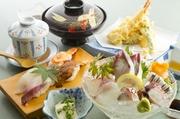 いけすから揚げたての地魚を丸ごと一匹使った活き造りと、お寿司、天ぷらなどを詰め合わせた御膳です。天草の海の幸を満喫できます。