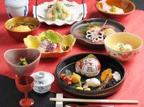 季節の懐石料理は4500円~承ります。旬の味覚をお楽しみ下さい。