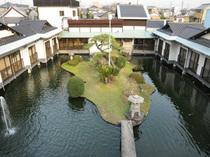 水上庭園を囲むようにして配置された個室の数々。
