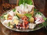 毎日仕入れるその日ごとの新鮮な魚介を、彩り豊かに盛り付けた豪華な一皿。鮮度抜群なぷりぷりの魚介の旨みは、魚好きにはたまらない美味しさです。