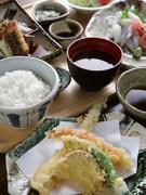 知多半島に来たならば、ぜひ食べたい地魚料理を刺身や煮魚で堪能。充実した内容で大満足できるランチメニューです。(刺身4種、小鉢、煮魚、天ぷら、サラダ、ライス、赤だし、漬物)