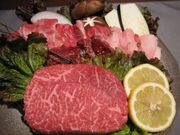 お肉の旨味を引き立てる甘くちタレとご飯に良く合う濃いくちタレをご用意しております!