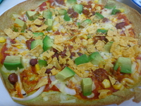 ポパイのピザは「ポパイ」だけに、ほうれん草を練りこんだ緑色の生地で、クリスピータイプのパリパリ触感。10インチ(約28㎝)の大きさ。