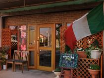 トリコローレ(イタリア国旗)と、落ち着いた木目のお店。