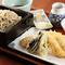 大ぶりの穴子天ぷらと季節の野菜天ぷらが入った『穴子天せいろ』