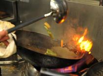 炎をあやつる独創的なシェフならではの料理。