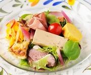 魚介類、肉類をたっぷりとシェフの気まぐれで盛り込んだオードブルサラダ