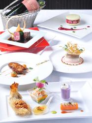 お客様がお好みのお料理を選んで組み立てることが出来る「プリフィクス・スタイル」のコースです