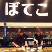 お店焼の商品は、正面の大きな鉄板で調理しています