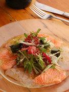季節の魚介類のカルパッチョ 海藻サラダを添えて 780円