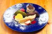 カナダ産活けオマール海老を一匹丸ごとローストして、アメリケーヌソースとトマト・香草のソースでどうぞ