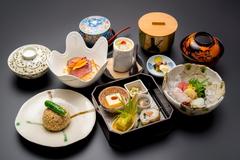季節の食材を一品ずつお出しする会席料理。様々な会食シーンでご利用いただいております。