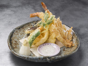季節の野菜、魚介を天ぷらに、なまら塩か天つゆで召しあがれ
