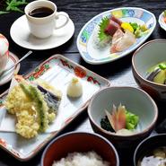 お膳は『石水膳』『懐石膳』など5種類あり、予算に合わせて選べます。おすすめは店の名を冠した『石水膳』(写真)がおすすめ。メインは天ぷら・魚・肉から選べ食後にコーヒーか紅茶付きです。