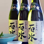 【石水】のオリジナルラベルが貼られた純米吟醸酒(750ml)。蔵元に注文してつくってもらっているオリジナルの日本酒で、辛口でもないがスッキリして飲みやすく和食に合います。おいしいお酒で食事も進みます。