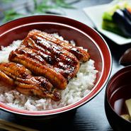 国内産の活鰻を使用し、炭で焼き上げます。期間限定で7~9月いっぱいご提供。漬け物と肝吸いつき。
