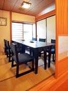 法要や結納にもふさわしい、6人掛けのテーブルがある和室