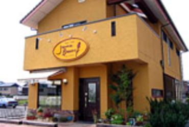 茶色の屋根と黄色の壁
