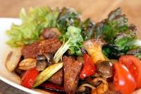 みそ汁付き ランチセット対象 国産黒毛和牛ロースと新鮮な野菜を、当店自家製焼肉のタレでからめました。