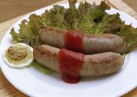 肉汁がたっぷりでジューシーなステーキハウスのソーセージ。ライスorパン、サラダ、コーヒー付き+350円