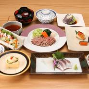 同窓会やお顔合せ、ご法事などのお集まりに個室をお使いいただける特別お得な日本料理のコースです。 ※前日迄にご予約をお願いいたします。 ■時間限定■ 平日は13:00~15:00の2時間、土日祝日は11:30~15:00の時間帯で2時間半ご利用いただけます。 ■献立■ ・3800円コース/5000円コース/7800円コースございます。 詳しくはコースメニューの『特別日本料理』をご覧ください