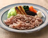 トマトサラダ、すき焼、御飯 香物、お椀  《すき焼150g》3,850円 《黒毛和牛100g》4,180円もございます。