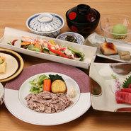 お昼に時間を限定し、個室でゆったりと季節のお料理を楽しめるコースをご用意いたしました。 お部屋代込みのお得なコースです。(※前日迄のご予約制) 平日は13:00~15:30、土日祝は11:00~16:30から2時間半ご利用いただけます。  5000円お献立一例 海鮮と23品目野菜サラダ 刺身二種盛り 銀鱈西京焼 小ふぐ唐揚げ吉野あん 牛ロース バタ焼 御飯 香物、お椀 白桃シャーベット