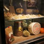本場イタリアの味覚を生み出すに欠かせないのは、本場イタリアの食材の数々。チーズ、ハムなどの加工品はもちろんのこと、オリーブオイルや塩等の調味料、保存野菜など、可能な限りイタリアから直輸入しています。