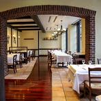 ディナータイムには間接照明の灯りが大人の時間を醸し出します。老舗料理店の確かな味わいとともに、大切な人との時間が楽しめるイタリア料理店です。