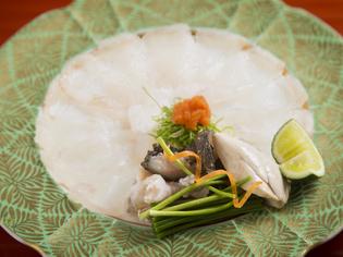旬の鮮魚を華やかに盛った『虎魚の薄造り』