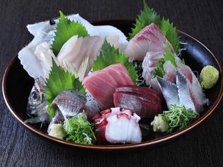毎日市場で仕入れる新鮮な魚を使った『刺身の盛り合わせ』