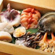 「氷の冷蔵庫」でお寿司のネタを新鮮な状態で保っています。