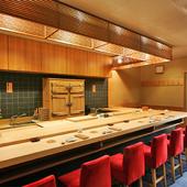 木彫で気品のあるカウンター席で、今宵はお鮨で贅沢に。