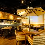 開放感溢れるカフェスペースは最大80席!! 貸切パーティーにも最適です。ビーチリゾートをイメージしたお洒落空間でゆったり「夜カフェ」などいかがですか? プロジェクター&大型スクリーン完備!!