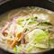 トンコツと鶏ガラのブレンドスープ。野菜もたっぷり入っています