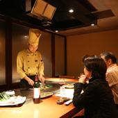 極上肉の鉄板焼ステーキでシェフを交えて二人の会話も盛り上がる
