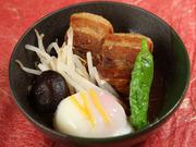 いわずと知れた長崎の郷土料理です。当店の角煮は温泉玉子に絡ませてお召し上がりください。