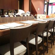 料理の工程が見渡せるカウンター席は、食欲を一層そそられます。イタリア料理を五感で味わって。
