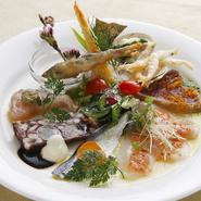 『季節の前菜盛り合わせ』は、千葉で水揚げされた魚介をはじめ、旬の野菜や肉などを盛り合わせた一品。見た目の彩りもよく、食欲をそそられます。