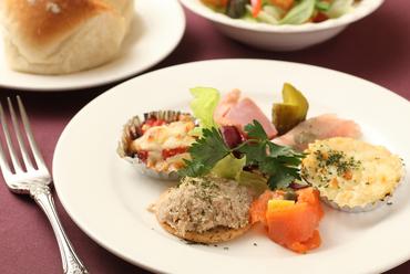 旬の食材が彩り良く盛り付けられた『オードブルの盛り合せ』