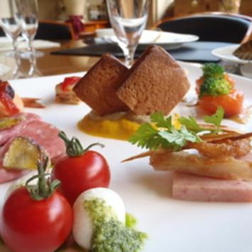 Bコース(前菜10種、サラダ、パスタ、パン、魚メイン 他全7品)