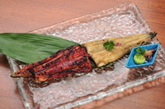 天然鰻の白焼きと、蒲焼きの2種類をお楽しみください