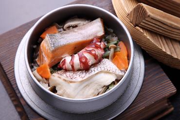 くつろぎ釜飯(鯛・鮭・山菜・タコ)