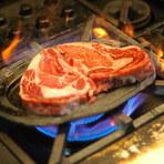 熱した鉄板へお肉を投入!