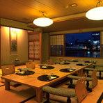 窓の外がすぐ宍道湖という絶好のロケーションの「ほとり」は、全40席のイス・テーブルのお席です。夜には夜景がお楽しみ頂けます。