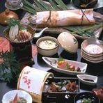 お座敷は全て個室で、宍道湖を眺めながらお食事がお楽しみ頂けます。ご接待・会合はもとより、御家族、お友達とのお食事もお気軽にご利用いただけます。