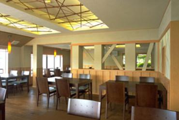 宍道湖に面したイス・テーブル席