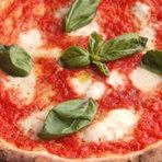 本場イタリアのナポリやイスキア島で修業したオーナーシェフが作り出すピッツァは、表面がパリッと香ばしくふっくら、もちもちっとした食感です。ナポリピッツァ以外にも多数のお料理を御用意しております。