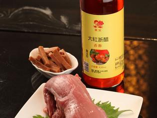 純情豚のひれ肉と赤酢と山査子。フルーティな酢豚の秘密です。
