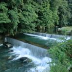 大きな窓から望む早川の流れ 温泉場と大自然のムードが楽しめる